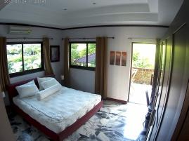 MAster bedroom med onsuite badrum och tgång till terrassen