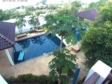 Från terrasen mot pool och tennisbanan